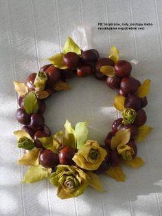 Na polystýrenovom kruhu sú ponaliepané listy, gaštany a medzery sú vyplnené listovými ružami