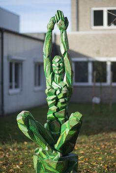 """#Kiel """"Every Now"""" stellt einen hockenden Menschen mit in die Luft erhobenen Armen dar und hat eine spirituelle, meditative Ausstrahlung. Die Körperhaltung erinnert zum einen an entspannte geistige Versenkung wie im Yoga, zum anderen streben die erhobenen Hände nach Höherem und nach geistigem Wachstum."""