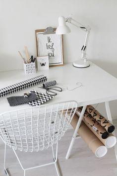 Give Away: win een Bertoia draadstoel! Decoration Inspiration, Workspace Inspiration, Interior Inspiration, Room Inspiration, Gold Office Decor, Desk Office, Corner Office, White Office, Blog Deco