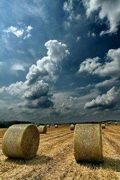 beautiful sky and hay field Country Blue, Country Farm, Country Living, Beautiful Sky, Beautiful World, Beautiful Places, Hay Bales, Straw Bales, Country Scenes