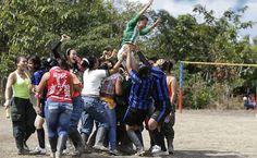 Soldados rebeldes das Farc celebram após a sua equipe vencer o torneio nos Jogos Olímpicos das Farc, realizados ao mesmo tempo que os da Rio-2016, nas florestas do sul de Putumayo, na Colômbia