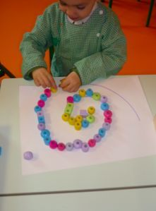 Spirale de perles - escargots Teaching French, Motor Activities, Fine Motor Skills, Art School, Art Education, Montessori, Kindergarten, Math, Gaudi