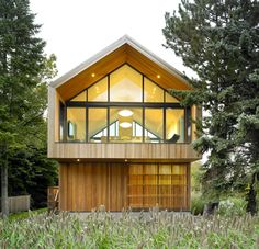 Beyond the Cliché: the mountain chalet reinterpreted Maison Glissade in Collingwood, Ontario, lies on the edge of a ski piste. Atelier Kastelic Buffey's design took a cue from the country barn as a building type; Gable Window, Architecture Design, Residential Architecture, Small Country Homes, Chalet Chic, Wooden Shutters, Minimalist Home, Modern Farmhouse, Indoor Outdoor