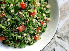 Receta de Tabule estilo Libanés (Ensalada con Cuscús)   El tabule o tabbouleh es una ensalada de origen árabe que resulta deliciosa, además de ser un plato muy refrescante.