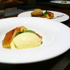 Torrijas de brioche caramelizadas con helado de vainilla...