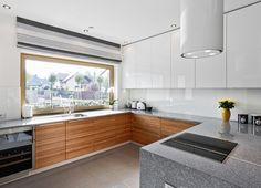 Okno w kuchni ze względu na specyfikę tego pomieszczenia wymaga specjalnej uwagi. Jak je zaplanować i zagospodarować, by wykorzystać nie tylko jego funkcję doświetlającą wnętrze? Jak wykorzystać parapet w kuchni?