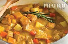 En ragoût, le porc se faufile au menu sans flafla. Les cubes de viande, mijotés dans un bouillon à la bière, s'affichent avec une foule d'aliments. Panais, navet et courge poivrée apportent une saveur automnale à ce mets exhalant le romarin et le laurier. Cube Recipe, Mets, Pork Chops, Thai Red Curry, Ethnic Recipes, Saveur, Nutrition, Totalement, Diners
