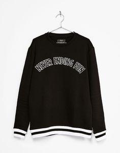 Jersey texto detalles mangas y bajo. Descubre ésta y muchas otras prendas en Bershka con nuevos productos cada semana