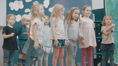 """MoinMozart! Bei den Proben im Musikkindergarten Hamburg  Die Vorbereitungen für unser Mitsing-Projekt """"MoinMozart!"""" laufen bereits auf Hochtouren - an unserem Partnerstandort im Musikkindergarten in Altona wird die Partie der """"Königin der Nacht"""" schon geübt. Seid dabei wenn wir am 23. September gemeinsam singen. In eurem Bezirk. Am Jungfernstieg.  From: Staatsoper Hamburg  #Oper #Musiktheater #Theaterkompass #TV #Video #Vorschau #Trailer #Clips #Trailershow #Schweiz"""