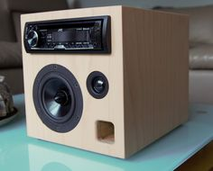 SAT-125, diesmal Buche/Pappel Sandwichgehäuse mit Autoradio als mobile Anlage Diy Bluetooth Speaker, Diy Speakers, Subwoofer Box Design, Speaker Box Design, Radios, Diy Electronics, Electronics Projects, Diy Boombox, Electrical Projects
