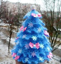 Наступила пора активной подготовки к самому сказочному и волшебному празднику, который ожидают и взрослые и дети — Новому году! Я хочу рассказать, как связать крючком новогоднюю искрящуюся ёлочку. За основу мною был взято описание одной из ёлочек, которая была связана из хлопковой пряжи и по нему я попыталась связать ёлочку из 'Ярн Арт Кристмаса'. Но результатом я не была довольна.