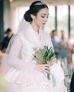 Fix, colors, style , ect. Korean Hanbok, Korean Dress, Korean Outfits, Korean Traditional Dress, Traditional Fashion, Traditional Dresses, Hanbok Wedding, Fluffy Wedding Dress, Korean Wedding