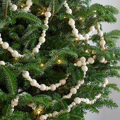 Bead Garland Christmas Tree, Decoration Christmas, Wood Bead Garland, Beaded Garland, Christmas Crafts, Christmas Ornaments, Natural Christmas Decorations, Christmas Tree Beads, Scandinavian Christmas Decorations