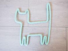 Petit chat en fil de fer et tricotin : Décorations murales par a-little-l