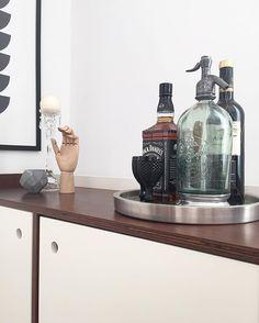 Esse cantinho não funciona como um barzinho de verdade. Essas garrafas são recordações de momentos especiais! Por aqui o que nós apreciamos mesmo é cerveja, afinal Minas é considerada a capital nacional dos botecos  #timtim #details #home #homedesign #homesweethome #myhome #myhouse #minhacasa #meular #interiorforall #interior4all #interior #instahome #interiordecor #interiorforinspo #roomforinspo #simplicity #decor #decoration #decorations #decoracao #homedecor