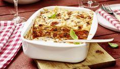 Probiere Lasagne mal anders – mit würzigem Thunfisch! Dazu brauchst du noch weichen Mozzarella, getrocknete Tomaten eingelegt in Öl, würzige Oliven und Kapern.