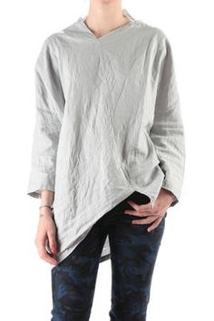 Shu Moriyama | Wide t-shirt in creased linen canvas | Wide t-shirt in creased linen canvas, long sleeve, diagonal stitching, wide and asymmetric line, V asymmetric neck | article code: 22471 | season: Spring/Summer | composition: 100% linen
