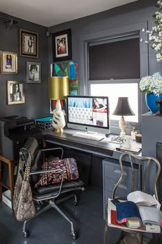 Christina Karras  (Foto: Rick Mendoza / divulgação ) Chic Office Decor, Glam Rock, Home Desk, Home Office, Working Area, Bookcase Shelves, Office Accessories, Inspired Homes, Dream Rooms