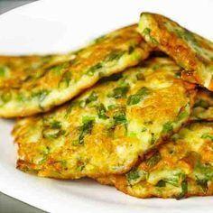 Con estas tortitas de calabacín tienes un entrante sano y ligero que se prepara de forma sencilla, una forma diferente de comer verdura, también para peques