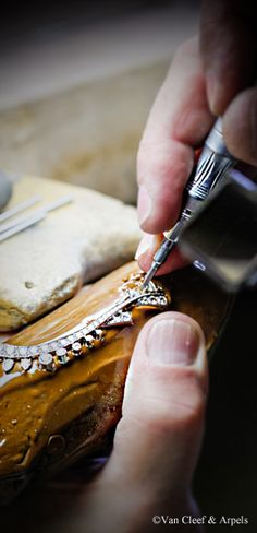 Craftsmanship of the Oriental Princess necklace, Pierres de Caractère Variations collection Diamonds setting.