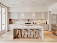 Sizler için hazırladığımız 2017 yılında çıkan En yeni modern mutfak örneklerinin resimlerine bakabilir. Mutfak dekorasyonu yaparken fikir sahibi olabilirsiniz. Modern Mutfak Örnekleri İnsanlar açısından ferah ve hoş evlerde oturmak psikolojik anlamda olduğu kadar fiziksel koşullar anlamında da ortaya harika sonuçlar çıkarır. Hele ki günümüzde odaların tasarımlarından diğer noktalarına kadar her bir unsur ayrı ayrı ele alınırken, mutfak gibi sürekli olarak kullanılan bölümler ise daha modern…