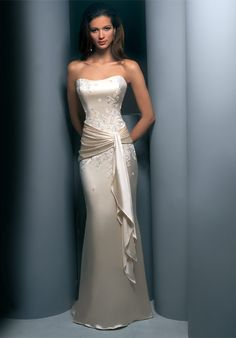 This is the perfect simple wedding dress. Gorgeous!
