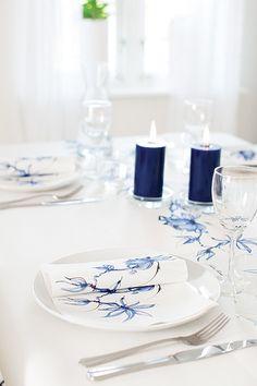 Jukka Rintala Blue Velvet. Blue Velvet sarjaan kuuluu 24 cm ja 33 cm lautasliinat, 40 cm Dunilin lautasliina, Dunicel perforoitu poikkiliina 0,4 x 4,8 m sekä kynttilälyhty 30 tunnin paloajalla. #Duni http://www.duni.com/fi/
