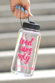 Good Vibes Only Jewel Timer Bottle in Crystal Clear. This gorgeous gem of a bottle is the epitomy of sporty-chic! It's spacious 34 oz size is perfect for those of us who are serious about hydrating. I (Water Bottle) Dream It Do It, Just Do It, Cute Water Bottles, Drink Bottles, Water Bottle Design, Cup Design, Birthday Wishlist, Vinyl Projects, Good Vibes Only