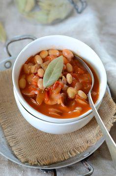 Potée de haricots blancs, sauce tomate et saucisse Le Cassoulet, Sauce Tomate, Red Beans, Soup And Salad, Chana Masala, Thai Red Curry, Chili, Ethnic Recipes, Charcuterie