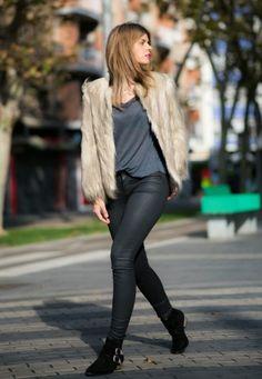 Sokak Stilleri : Kürk Mont ve Ceket Modelleri - Taklit ve yapay kürklü palto, kaban, mont ve ceketler kadınlar tarafından doğru aksesuarlar ile giyildiğinde muhteşem görünmelerine katkıda bulunan şık ve lüks bir öğedir.