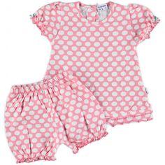 Roze pyama setje van Claesen's. De pyama heeft een allover print van witte stippen en op de achterzijde van het shirtje zit een tweetal drukknoopjes.