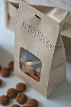 Sinterklaas traktatie Paper Packaging, Pretty Packaging, St Nicholas Day, Dutch Recipes, Diy Manicure, December Holidays, Happy B Day, Present Gift, Lets Celebrate