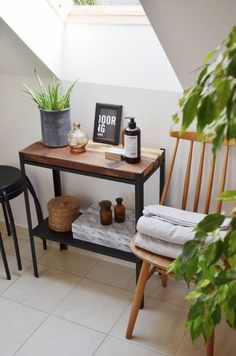 :: a mini bathroom shelf with a stained wood top made of an IKEA Hyllis shelf 15 Simple And Cool IKEA Hyllis Shelves Hacks Home Office Furniture, Diy Furniture, Furniture Removal, Furniture Design, Ikea Linnmon, Rustic Bedroom Design, Ikea Home, Home And Deco, Bathroom Shelves