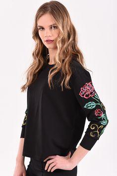 Μπλούζα με floral κέντημα στα μανίκια σε μαύρο χρώμα Floral, T Shirt, Supreme T Shirt, Tee Shirt, Flowers, Flower, Tee