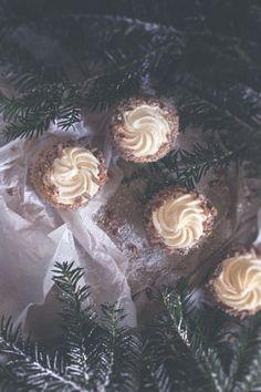 Apfel-Cupcake mit Eierlikörcreme und gebrannten Mandeln/Apple Cupcake with egg liqueur and roasted almonds