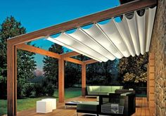 weisser sonnenschutz auf holzerner pergola garten terrasse gartenhaus pergola markise