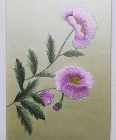Flores lila bordadas.