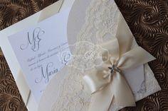 Esta invitación es un conjunto de 25-6 x 6 bolsillo de invitación con encaje simple y dulce. Perfecto para un bautismo, un ultra ducha femenina, bautizo o celebración de boda elegante. Impresa en cartulina de brillo pesado y adornado con el cordón y un arco perfectamente atado en el color de su elección. Opcional diamantes o perla Acentos hace les da la cantidad justa de brillo! Esta invitación está también disponible en otros tamaños: 5 x 7, 6.5x6.5 y 9 x 6  ♥ INVITACIÓN LISTADO COLORES ♥…