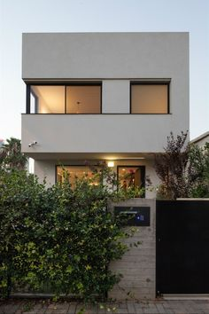 David Lebenthal Architects designed a modern townhouse in southeast Tel Aviv within a quiet neighborhood, which has been undergoing a transformation. Townhouse Interior, Modern Townhouse, Townhouse Designs, Dezeen Architecture, Interior Architecture, Best Architects, Interior Garden, Beautiful Living Rooms, Architect Design