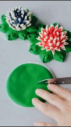 Fondant Flower Tutorial, Fondant Flowers, Clay Flowers, Cake Decorating Piping, Cake Decorating Techniques, Cake Decorating Tutorials, Polymer Clay Crafts, Diy Clay, Sugar Paste Flowers