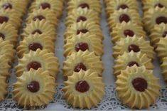 Hei! Nämä pikkuleivät ovat blogissa jo nimellä isoäidin vaniljavannikkeet . Ohje on kopioitu Tiinan Kakkuiloa-blogista . Nyt halusin koke... Creme Brulee, Mini Cupcakes, Cake Pops, Bakery, Deserts, Food And Drink, Yummy Food, Healthy Recipes, Healthy Food