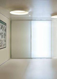 campana brembana | Viabizzuno | cuerpo iluminador de techo para interiores IP20. se monta empotrado y se incorpora totalmente en la arquitectura; está fabricado de yeso barnizado en color blanco. son disponibles dos versiones: una totalmente escamoteable, alta 900mm y con un orificio de salida de la luz de 600mm de diámetro, cableada para un máximo de 4 bombillas fluorescente 2G11 80W y un módulo de led rgb de 2x3W; la otra versión es semi–empotrada, tiene una profundidad en el techo de…