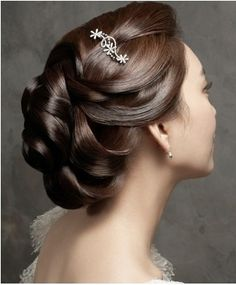 Pretty! Especially for people like me whose curl go flat within an hour. This sorta gives the look of curls!