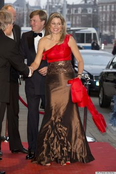Princess Maxima looking oh so glamorous in this chocolate and red floor length gown. The ruche detailing gave the gown an interesting dimension.