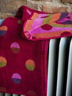 """Herbst / Winter 2013 - Hübsche kleine Gästehandtücher in Mohn aus Frottee. Das Muster erinnert an auf dem Wasser treibende Angelschwimmer. Wir haben es """"Latititud"""" genannt. Schiff ahoi!"""