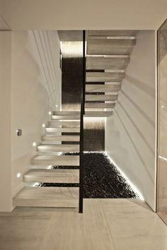 schwebende Treppen aus Sichtbeton mit indirekter Beleuchtung
