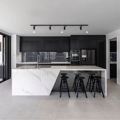 Black & white kitchen with marble countertops 👌 - Kitchen Marble Countertops Kitchen, Home Decor Kitchen, House Design, Black Kitchens, Home, Kitchen Room Design, House Interior, Modern Kitchen Design, Luxury Kitchen Design