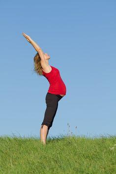 El yoga es un excelente ejercicio para las embarazadas.  Disfruta el momento. Sports, Strong Body, Midwifery, Pregnancy, Loosing Weight, Sweet, Exercises, Hs Sports, Sport