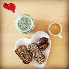 Bom diaaa pessoas  hoje finalmente o pequeno-almoço é também o pré-treino!! Batido de leite de arroz banana clorela spirulina e manteiga de amendoim com pão de super alimentos (receita da #deliciouslyella) e tâmaras medjool com manteiga de amendoim Choc Fudge Brownie da @mws.pt  #bomdia #pequenoalmoço #breakfast #veganbreakfast #veganlicious #whatveganseat #veganfoodshare #healthyfood #pretreino #preworkout #superfood #superalimentos #goodfats #comidadeverdade #mywheystore #mywhey…