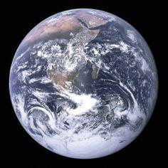 """""""Голубая жемчужина"""" - так называют первый снимок всей нашей планеты из космоса, который сделал экипаж корабля """"Аполло-17"""" в 1972-м. Интересн..."""